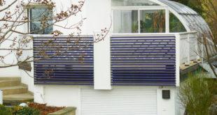 Die Voll-Vakuumröhrenkollektoren von AkoTec lassen sich auch an der Balkonbrüstung installieren. Sammler und Fußteil können in 213 RAL Farben geliefert werden; hier wurden weiße Kollektoren installiert. (Foto: epr/AkoTec)