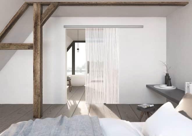Der ausgebaute Dachboden als lichtdurchflutete Wohlfühloase mit Glastür und Beschlag  aus der Kollektion der Designerin Jette Joop. Bild: GRIFFWERK GmbH