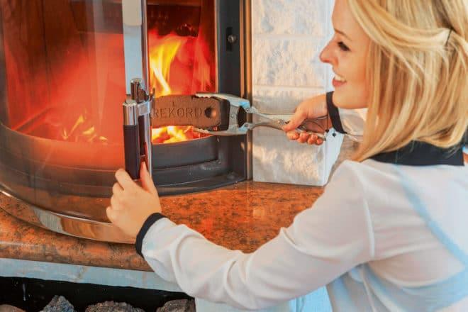 Rund 35 Prozent aller Besitzer einer Ölheizung nutzen zusätzlich einen Kaminofen. Auf diese Weise lassen sich heimische Energieträger wie Scheitholz, Braunkohlen- und Holzbriketts verfeuern und Unabhängigkeit von Preisschwankungen und Versorgungsengpässen gewinnen. (Foto: epr/Vattenfall Europe Mining AG)