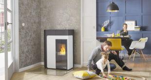 Elegant, sicher und effizient – der Pelletofen HSP 8 Home mit einem Flammenbild wie Scheitholzfeuer lässt sich dank WLAN-Modul auch von unterwegs aus steuern. (Foto: epr/HAAS+SOHN)