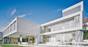 Als Sonnen- oder Sichtschutz zaubert der Vorhang unvergleichbare Effekte an die Glasfassade und in den Innenraum. (Foto: epr/Soliday)