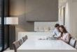 Mit verschiedenen, gezielt eingesetzten Lichtquellen und LED-Leuchtmitteln lassen sich Räume inszenieren, ohne die Haushaltskasse mit hohen Stromkosten zu belasten. Foto: djd/E.ON/Getty Images