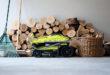 Ein moderner, kompakter Rasenmäher lässt sich zusammenklappen und platzsparend bis zum nächsten Einsatz lagern. Foto: djd/Ryobi
