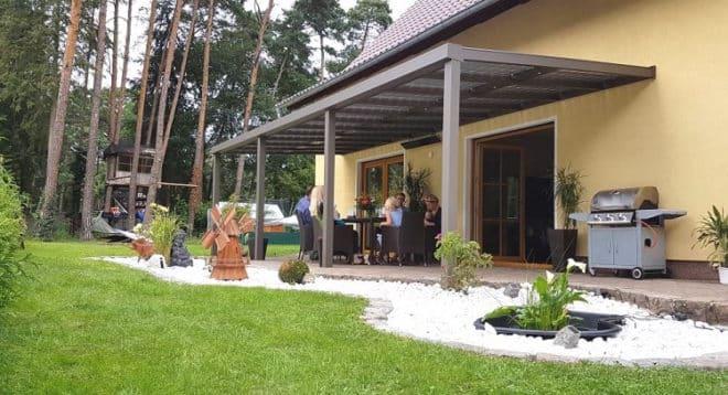 Stilvoll verweilen und Energiekosten senken: Solarterrasse mit Komfort-Sonnenlichtfilter im Terrassendach Foto: Solarterrassen & Carportwerk GmbH