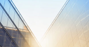 Foto: Im Winter warm, im Sommer kühl - Eine neue Fensterfolie von 3M bietet Sonnenschutz im Sommer und Isolation im Winter. Copyright: Getty / Ulrike Neumann / 3M.