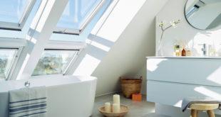 Bäder von heute sind zunehmend lichtdurchflutete Wellness-Oasen. Großzügige Kunststoff-Fenster erlauben es den Bewohnern, ausreichend zu lüften, und zaubern eine Atmosphäre zum Entspannen und Wohlfühlen. (Foto: epr/Velux)