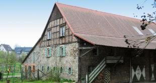 Das Kornhaus, Baujahr 1876, wurde mit Metalldachpfannen eingedeckt. Nach acht Jahren zeigt die Nordseite, begünstigt durch die spezielle Mattbeschichtung, auch wieder die für historische Dächer typische Patina. (Foto: epr/Luxmetall)