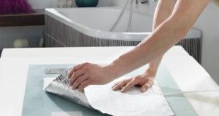 Wenn es um pfiffige Lösungen geht, führt der Weg zu AEG Haustechnik: Die AEG Spiegelheizung wird mit etwas Abstand zur Aufhängung direkt auf die Spiegelrückseite geklebt. Bild: AEG Haustechnik