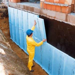 Eine besondere Herausforderung ist die Dämmung erdberührender Bauteile. Hier werden in der Regel synthetische Materialien verarbeitet, die feuchteresistent sind und nicht verrotten. Bildquelle: tdx/FPX