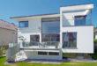 Blitzsaubere Fassade: Eine selbstreinigende Beschichtung mit der sogenannten Lotus-Effect Technology sorgt dafür, dass sich Schmutz gar nicht erst festsetzen kann. Foto: Foto: djd/Sto SE & Co. KGaA
