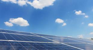 Sonnenstrom selbst nutzen: Das geht am besten mit einem Stromspeicher, mit dem sich zum Beispiel die Nächte überbrücken lassen. Foto: djd/E.ON