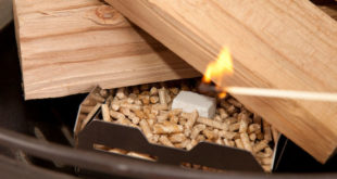 Die Pellets im Anzündkorb werden entfacht und sorgen dafür, dass auch die Holzscheite schnell brennen. Foto: djd/SmartGoods4U