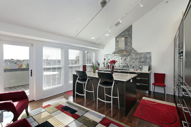 Damit Küche und Wohnraum wie aus einem Guss wirken, sollte ein durchdachtes Farbkonzept gewählt werden. Farbige Accessoires beispielsweise können sich wie ein roter Faden durch die Einrichtung ziehen. Bild: tdx/Fotolia
