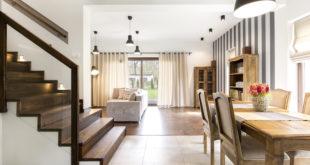 Die muss sich nicht verstecken! Setz- und Trittstufen in markant dunklem Holz machen diese Treppe zum echten Blickfang. Die in der Wand integrierten Lichtspots leuchten die Stufen gut aus. Bild: tdx/hausidee.de/Fotolia