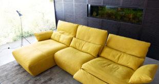 Füße hochlegen, zurücklehnen, wohlfühlen: Auf einem bequemen Sofa lässt man den Alltag einfach mal Alltag sein. Bild: tdx/Koinor