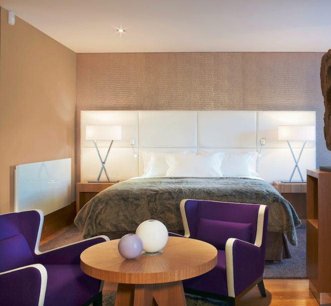 Dank der Infrarotwärme der designstarken LAVA® GLAS-PLUS von ETHERMA fühlt man sich im Schlafzimmer noch wohler. (Foto: epr/ETHERMA)