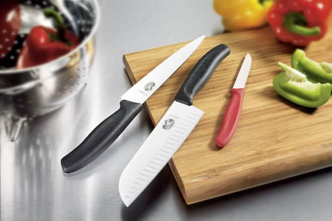 Kurze oder lange Klinge, gewellt oder glatt: Für jede Aufgabe in der Küche gibt es das jeweils passende Messer. Foto: djd/Victorinox