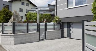 Maximale Privatsphäre ermöglichen Sichtschutzelemente. Sie können wie der Zaun selber farblich flexibel an die Umgebung angepasst werden und sind eben so resistent gegen Witterungseinflüsse und daher dauerhaft schön! (Foto: epr/Leeb Balkone)