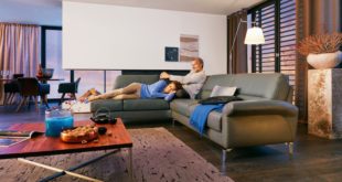 Gemütlichen Abenden auf der Couch steht nichts mehr im Wege, denn innovative, in die Sitzgruppe eingearbeitete Gel-Elemente stützen den Körper in jeder Position und sorgen für eine punktgenaue Druckentlastung – Verspannungen ade! (Foto: epr/ADA Möbelwerke)