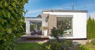 Bezahlbarer Modulbau mit schöner Architektur: Bodentiefe Fenster erschaffen lichtdurchflutete Wohnträume. (Foto: epr/SchwörerHaus)