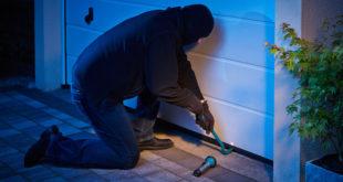 Auch Garagen sind beliebte Einstiegsstellen für Einbrecher. Besonders heikel wird ein Einbruch in die Garage, wenn diese eine Verbindungstür zum Wohnhaus hat. Automatisch angetriebene Garagentore sind eine sichere Alternative zu herkömmlichen Schlüssel-Schloss-Systemen. Bild: tdx/Chamberlain