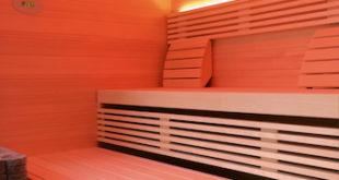In der hauseigenen Sauna mit hochwertigen Holzprofilen von Osmo lässt sich jederzeit die wohlige Wärme genießen. Hier sind Wand und Decke aus Tannenholz und die Bankleisten aus Espe gestaltet. (Foto: KOERNER Manufaktursauna Laureus)