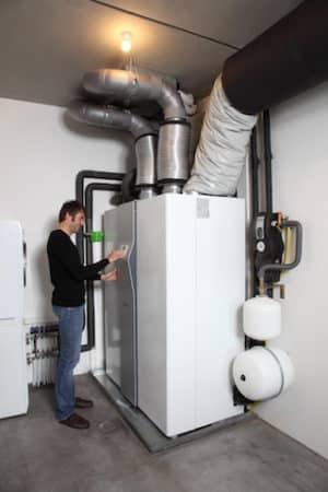 Auch der Architekt Holger Meyer setzt auf das Integralgerät LWZ 504 von Stiebel Eltron, das alle haustechnischen Funktionen umfasst. Es ist gleichzeitig Heizungsanlage, Warmwasserbereiter und kontrollierte Wohnungslüftung. Auf Wunsch kann es auch kühlen.  Bild: tdx/Stiebel Eltron
