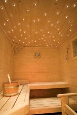 Foto: Ein Sternenhimmel in der Sauna sorgt für Wohlgefühl. Während die Beleuchtung in der Sauna vom Saunabauer geliefert wird, lassen sich in der angrenzenden Ruhezone individuelle Lösungen umsetzen. (Foto: licht.de)