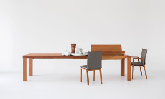 Mit Hilfe eines durchdachten Ausziehmechanismus lässt sich der Tisch Roman von Scholtissek mit nur einer Hand vom Familienesstisch zu einer großen Tafel ausziehen. Der zusätzliche Meter schafft Platz für insgesamt 14 Gäste. Bilder: tdx/Scholtissek