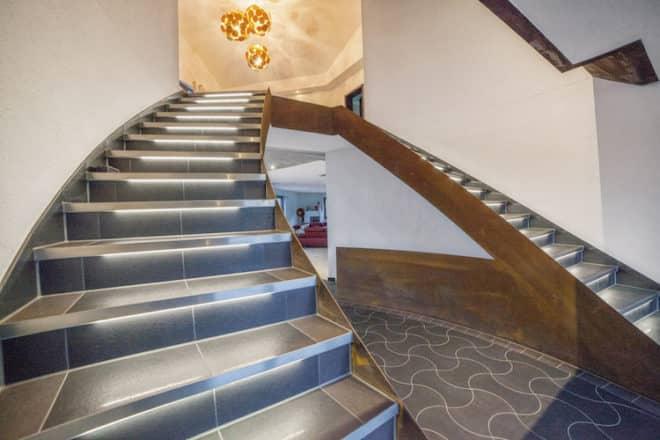 Treppenanlagen lassen sich mit der LichtProfilTechnik Schlüter®-LIPROTEC eindrucksvoll in Szene setzen. (Foto: epr/Schlüter-Systems)