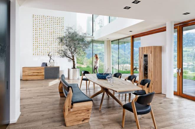 Urig und urban: Die Möbel der Serie V-Alpin machen in jedem Loft eine gute Figur. (Foto: epr/Voglauer)