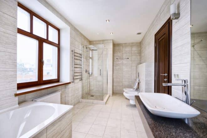 Wer sein Bad komplett erneuern möchte, sollte auf die Unterstützung durch Fachleute zurückgreifen.