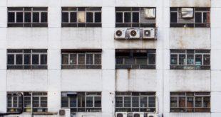 Klimaanlagen mit ihren Wärmetauschern im Hinterhof. Foto: Tumisu / Pixabay.
