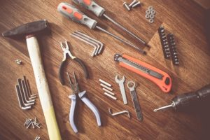 Geld, beispielsweise für gutes Werkzeug, spielt eine wichtige Rolle beim eigenen Bauvorhaben.