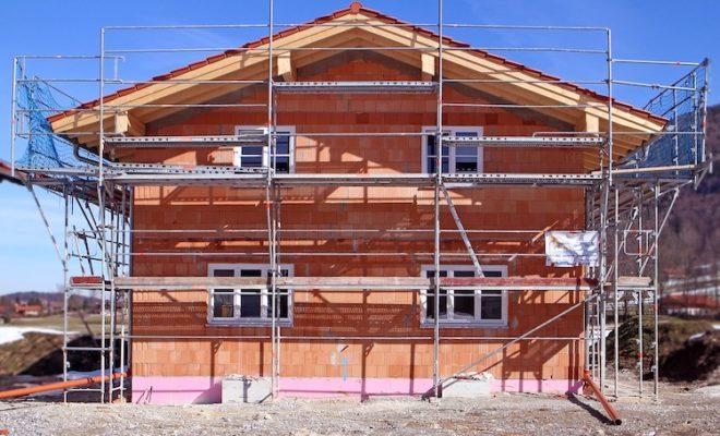 Beim Bau von einem Eigenheim bindet sich man finanziell über Jahre.