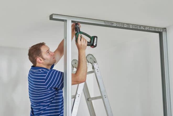 Verwenden Sie Trockenbauplatten, um eine Trennwand zu erstellen.