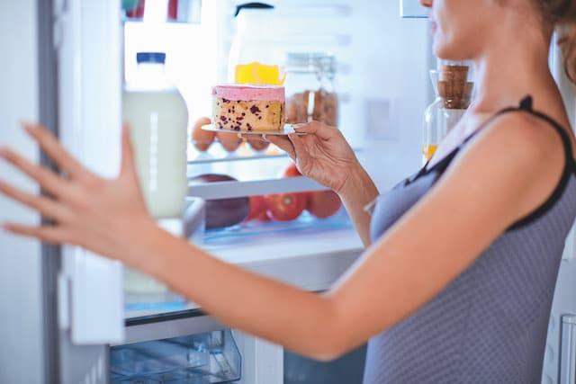 Die leicht feuchte Innenwand des Kühlschranks ist ein Mikroben-Tummelplatz.
