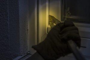 Einbrecher nutzen die dunkle Jahreszeit für ihre Beutezüge.