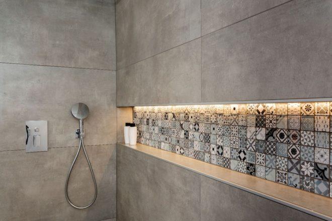 Ein Badezimmer lässt sich durch viele moderne Akzente in eine moderne  Wellnessoase umgestalten.