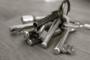Wenn man sich aus der eigenen Wohnung ausgesperrt hat kommt oftmals nur der Schlüsseldienst in Frage um wieder in seine 'Wohnung zu kommen.