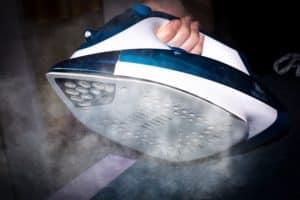 Das bügeln mit einem Dampfbügeleisen erleichtert die Arbeit